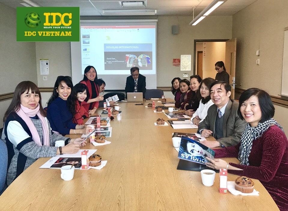 Ban quản lý IDC trong một phiên họp với đại diện trường tại Canada