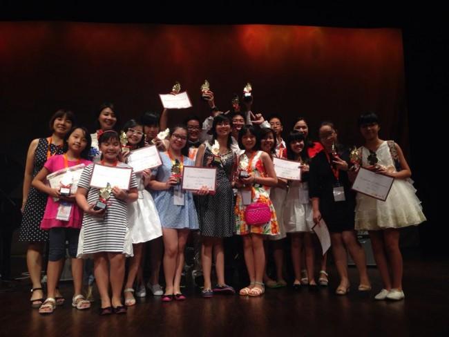 """Các em học sinh của IDC phấn khởi với giải thưởng từ chương trình """"Liên Hoan Nghệ Thuật Chạu Á 2014"""""""