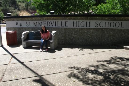 Chụp hình lưu niệm trước cổng trường Summerville High School